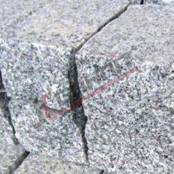 Kostka granitowa płomieniowana zbokami surowo łupanymi