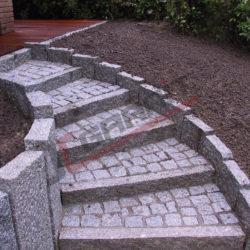 Przykład ułożenia kostki granitowej jako stopni