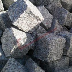 Kostka granitowa surowo łupana